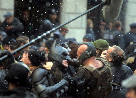 《黑暗骑士崛起》更多片场照 贝尔&哈迪展笑颜 诺兰胸前神秘武器[P]