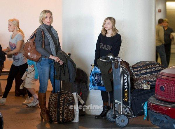 科洛莫瑞兹与妈妈机场亮相 科洛裸妆小清新