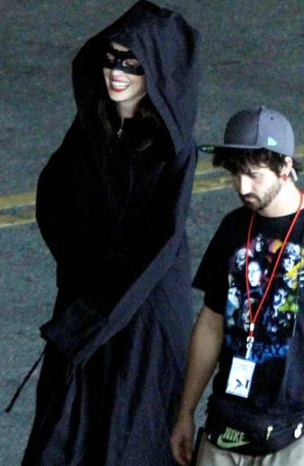 《黑暗骑士崛起》猫女红唇美艳 蝙蝠侠漫步街头