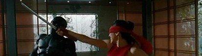 艾洛蒂·袁饰演的女忍者金克斯(Jinx)在与老师蛇眼(雷·帕克)切磋
