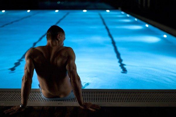 《007天幕坠落》首张官方照 泳池赤裸上半身