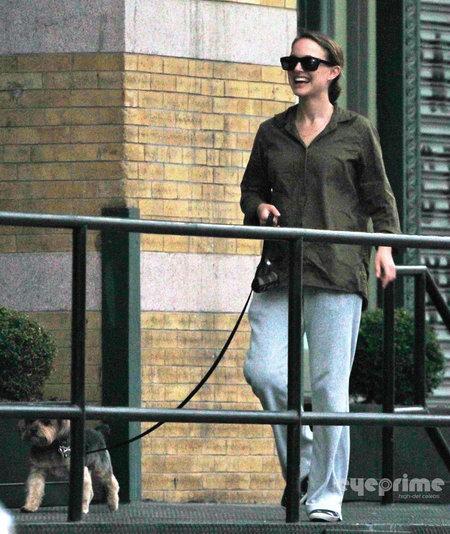 波特曼产后首度露面 影后素衣遛狗似邻家女孩