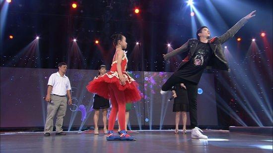 马里奥《完美释放》学芭蕾。 马里奥毛瑞尔的出道之作《暹罗之恋》感动了无数粉丝,也令他和Pchy这对组合一夜爆红。之后马里奥主演的小清新电影《初恋那件小事》更是赚取了无数的眼球,也跻身亚洲的偶像小天王之列,更被封为亚洲第一美少年。 日前,马里奥前往北京参加湖南卫视《完美释放》节目的录制,再度引发了追捧狂潮。在节目中马里奥大秀泰拳,还与失聪小女孩一起跳起了芭蕾舞,惹得现场粉丝尖叫不断。他还现场自爆如果感到有压力一般是听歌,要不然就去玩滑板,因为我比较喜欢玩滑板。 马里奥扮鬼脸减压 现场拜师学芭蕾 近一段时