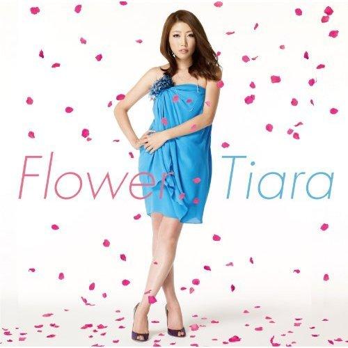水色のワンピース姿で花びらが舞う中立つ歌手活動中のティアラ