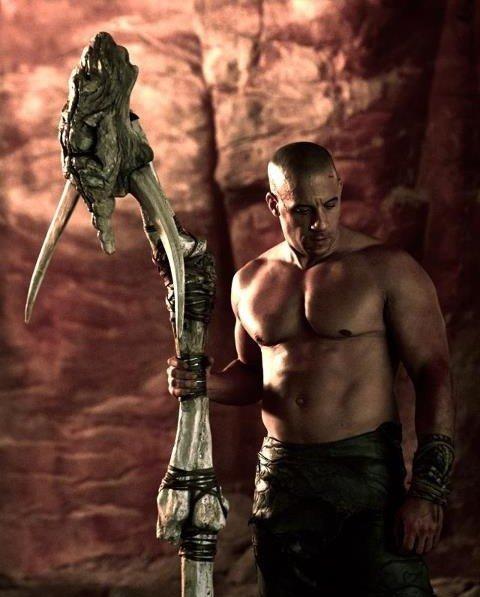 《星际传奇3》新剧照 迪塞尔手拿巨大骨头