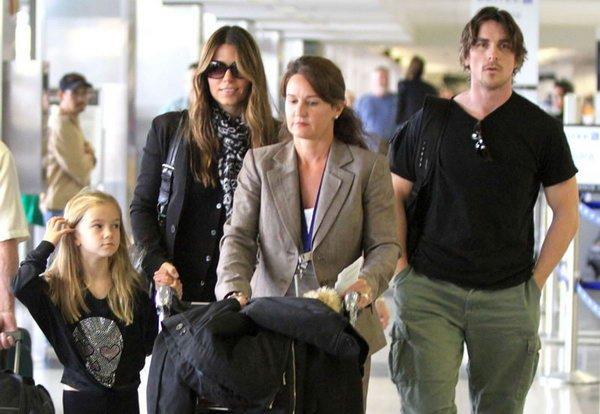 贝尔与妻女现身机场 运动装束高大帅气