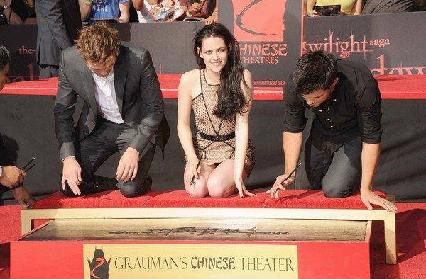 《暮光之城》仨主演在中国剧院门口留下掌印和脚印