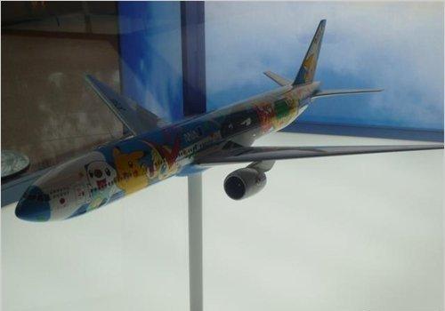 《宠物小精灵》电影版15周年:羽田机场办喷涂版飞机模型展示