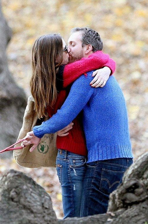 安妮·海瑟薇与男友亚当-舒尔曼宣布订婚喜讯