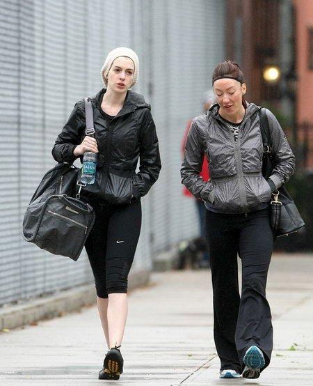 安妮海瑟薇完全素颜 与友人布鲁克林街头散步
