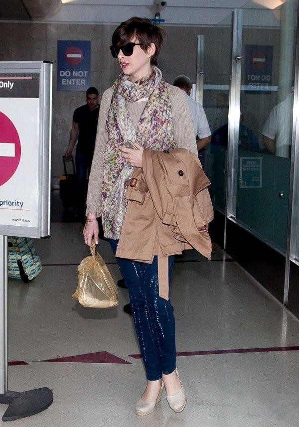 安妮海瑟薇抵达洛杉矶机场 春风满面却上错车