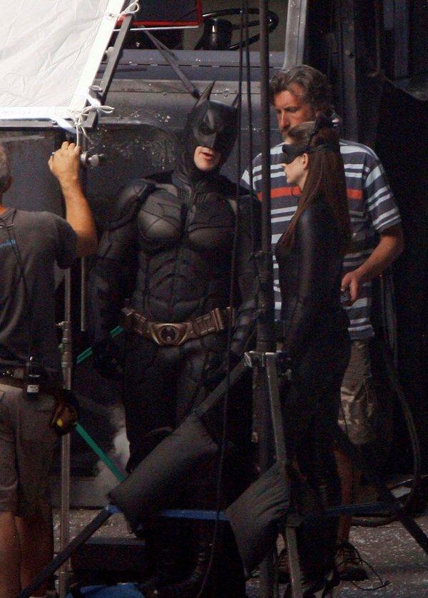 《蝙蝠侠3 黑暗骑士崛起》最新片场照 贝尔 海瑟薇制服亮相
