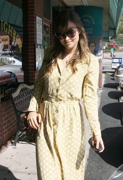 奥利维亚王尔德街拍 波点复古裙文艺范儿