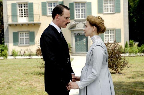 法斯宾德饰演的荣格与莎拉·加顿饰演的妻子