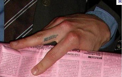 "no.7 葛尔的中指有一个""resist""字样的纹身,意为""抵抗""."